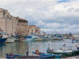 Trani Italy Map Bunte Kleine Fischerboote In Dem Historisch Bedeutenden Hafen